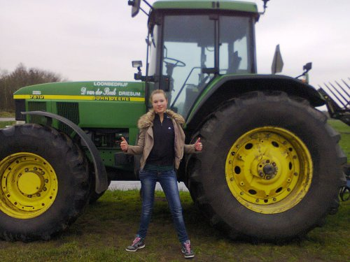 Foto van een John Deere Lady. Met de John Deere Van Loonbedrijf D van der Beek uit Driesum. Geplaatst door lianne-geertsma op 10-12-2013 om 15:26:36, met 24 reacties.