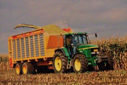 Foto van een John Deere 7010 Serie, bezig met maïs hakselen. Loonbedrijf Vrenken, 2001. Geplaatst door Martin Holland op 01-01-2014 om 12:23:05, op TractorFan.nl - de nummer 1 tractor foto website.