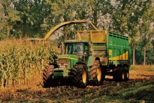 Foto van een John Deere 7010 Serie, bezig met maïs inkuilen.  Paulussen Bouwel, 2003. Geplaatst door Martin Holland op 02-01-2014 om 12:48:00, op TractorFan.nl - de nummer 1 tractor foto website.
