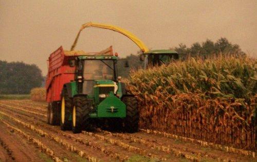 Foto van een John Deere 7000 Serie, bezig met maïs hakselen.  Van Kessel bv, maisoogst 2000. Geplaatst door Martin Holland op 05-01-2014 om 13:22:11, met 2 reacties.