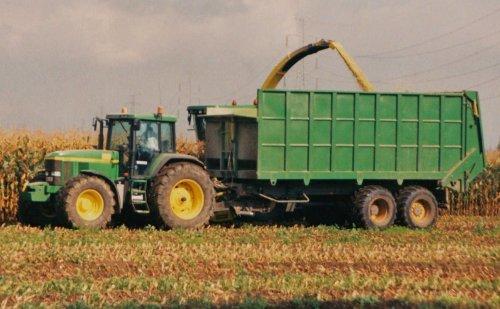 Foto van een John Deere 7010 Serie, bezig met maïs hakselen.  Meganck, 2004. Geplaatst door Martin Holland op 09-01-2014 om 13:06:30, op TractorFan.nl - de nummer 1 tractor foto website.