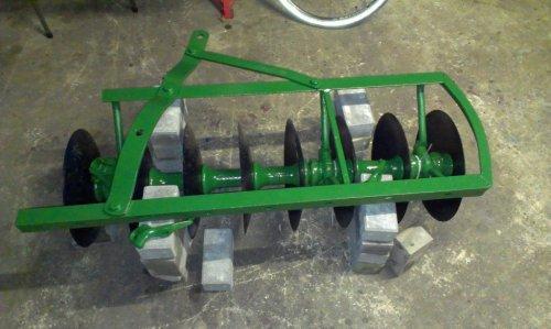 Foto van een John Deere Cultivator, bezig met poseren. Zo, de frames kunnen weer in elkaar gezet worden.