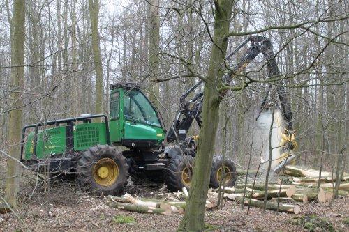 Ten Berge Bosbouw BV met een John Deere 1470D harvester volop bezig met de houtoogst voor Staatsbosbeheer in het Kuinderbos.  Meer op: http://www.landbouwpowers.nl
