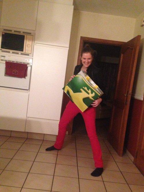 Foto van een John Deere Lady, bezig met poseren.  What happens when you give a pretty girl a John Deere shopping bag?   She gets crazy!   JD4LIVE!