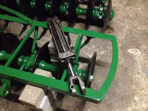 Foto van een John Deere Cultivator, bezig met poseren. Zo, de originele John-Deere cilinder ook weer als nieuw. Deze cilinders werden geleverd bij een John-Deere trekker in die tijd en met deze losse cilinder kon je dan meerdere werktuigen bedienen. Bijv. de JD-ploeg, de JD-schijven-eg noem het maar op. Was universeel uitwisselbaar bij JD-werktuigen en scheelde dus investeren voor de boer.