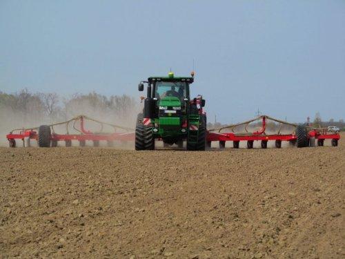 Foto van een John Deere 8360RT, bezig met zaaien.. Geplaatst door 7920 op 05-03-2014 om 21:22:32, op TractorFan.nl - de nummer 1 tractor foto website.