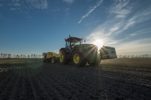 Foto van een John Deere 7830, bezig met aardappels poten. Geplaatst door 7920 op 22-03-2014 om 17:54:51, met 2 reacties.
