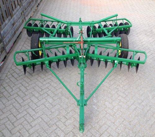 Foto van een John Deere Cultivator, bezig met poseren. Bijna klaar!!. Geplaatst door Gerrit GBo op 29-03-2014 om 18:34:59, met 10 reacties.