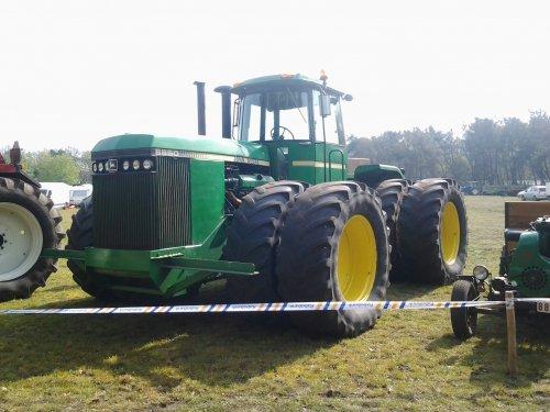 Foto van een John Deere 8850, bezig met poseren. tractorshow reusel. Geplaatst door markvdboer op 07-04-2014 om 09:58:52, met 2 reacties.