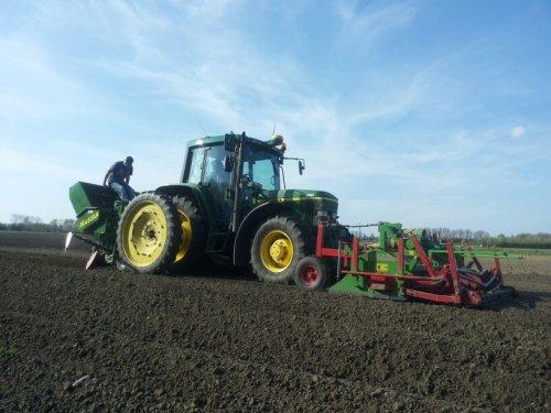 Foto van een John Deere 6310, bezig met aardappels planten. Geplaatst door unimog-406 op 07-04-2014 om 15:07:58, op TractorFan.nl - de nummer 1 tractor foto website.