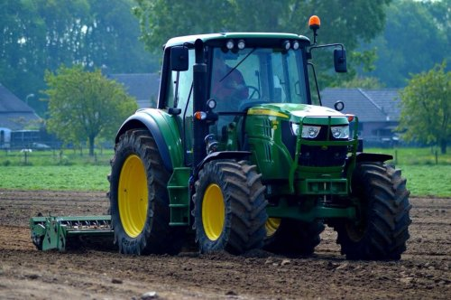 Foto van een John Deere 6115M, druk bezig met Ploegen / Eggen.. Geplaatst door derks fourage op 28-04-2014 om 11:20:22, op TractorFan.nl - de nummer 1 tractor foto website.