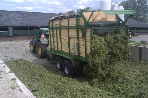 Foto van een John Deere 6920, bezig met gras inkuilen. met onze nieuwe krone XXL opraapwagen !!!!. Geplaatst door klaasjan op 04-05-2014 om 21:31:38, op TractorFan.nl - de nummer 1 tractor foto website.