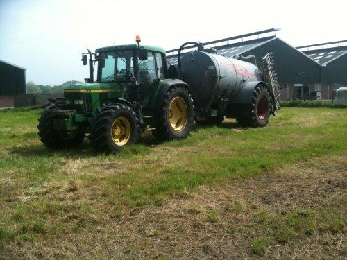 Foto van een John Deere 6110 met jako 9000 liter tank. druk bezig met Poseren.. Geplaatst door josh op 05-05-2014 om 23:54:39, op TractorFan.nl - de nummer 1 tractor foto website.