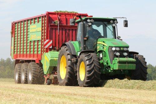 Loonbedrijf Jansen met de John Deere 7730 met Strautmann 3-asser.  Binnenkort op http://www.landbouwpowers.nl