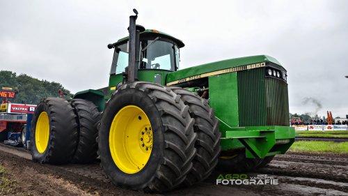 John Deere 8850 Trekkertrek Hoogeloon 2014  https://www.youtube.com/watch?v=zeadq3lDNwA. Geplaatst door mike_v op 30-05-2014 om 10:43:18, op TractorFan.nl - de nummer 1 tractor foto website.