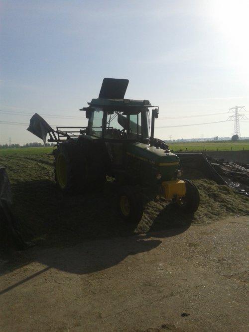 Foto van een John Deere 1640, bezig met gras inkuilen.. Geplaatst door hert op 08-06-2014 om 10:16:29, op TractorFan.nl - de nummer 1 tractor foto website.