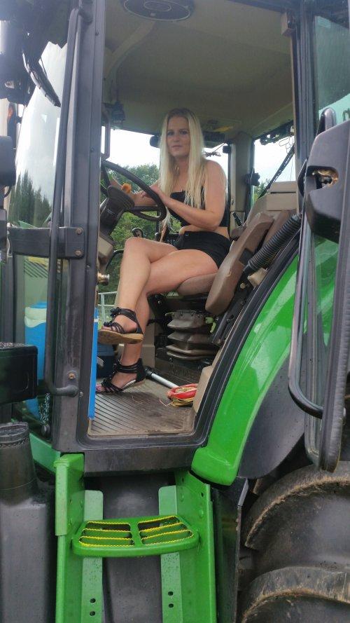 Foto van een John Deere Lady, bezig met poseren op Hoedemakers Trekkertrek 2014 te Heijenrath.. Geplaatst door Deere6920s op 21-07-2014 om 11:33:08, met 6 reacties.
