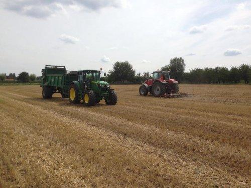 Foto van een John Deere 6115M, druk bezig met Bemesten.. Geplaatst door derks fourage op 03-08-2014 om 22:23:17, op TractorFan.nl - de nummer 1 tractor foto website.