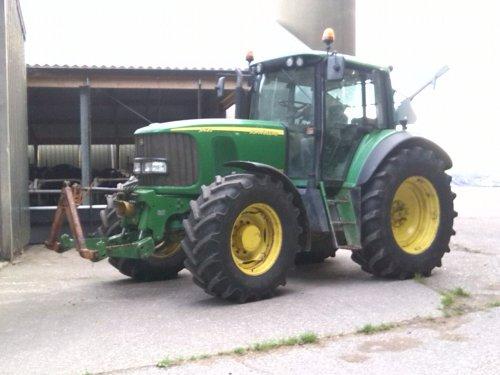 Foto van een John Deere 6620, druk bezig met Poseren. En net klaar met voeren. Geplaatst door klaasjan op 06-08-2014 om 09:04:32, op TractorFan.nl - de nummer 1 tractor foto website.