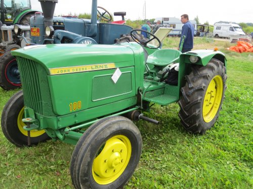 Foto van een John Deere Lanz 100, bezig met poseren.. Geplaatst door oldtimergek op 31-08-2014 om 22:01:54, op TractorFan.nl - de nummer 1 tractor foto website.