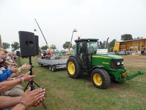 Foto van een John Deere 5515, bezig met poseren.. Geplaatst door robbert7130 op 08-09-2014 om 11:41:10, op TractorFan.nl - de nummer 1 tractor foto website.