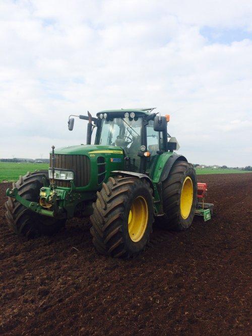 Foto van een John Deere 6930 , druk bezig met Zaaien. Ff hoekie zaaie. Geplaatst door boer op 01-10-2014 om 21:49:55, op TractorFan.nl - de nummer 1 tractor foto website.