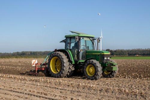 Foto van een John Deere 6110SE, bezig met cultiveren.. Geplaatst door LandbouwLeistra op 05-10-2014 om 14:58:13, op TractorFan.nl - de nummer 1 tractor foto website.