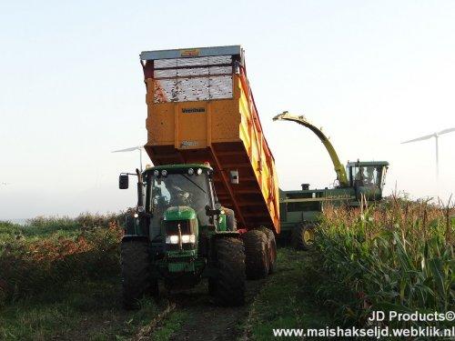 Foto van een John Deere 6930 ,Loonbedrijf Dekker uit Putten bezig met maïs hakselen. www.maishakseljd.webklik.nl ZIE OOK DE VIDEO} https://www.youtube.com/watch?v=sqaR6FgtJGA