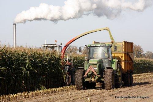 Foto van een John Deere 7600, bezig met maïs inkuilen.. Geplaatst door bart99 op 05-11-2014 om 19:12:44, met 4 reacties.