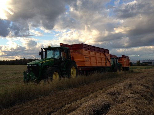 Foto van een John Deere 8225R en 8430 met Veenhuis JVKS 23000. Klaar voor de barley. Alberta, Canada.