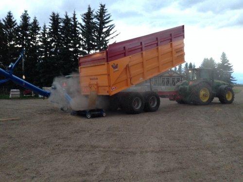 Foto van een John Deere 8225R, bezig met graan lossen. Alberta, Canada.. Geplaatst door Peppeltje op 06-11-2014 om 19:15:55, met 2 reacties.