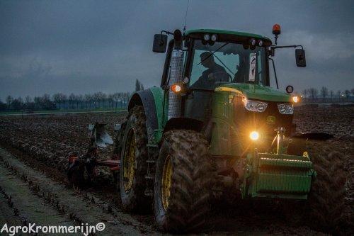 Foto van een John Deere 6170M.  Foto van een John Deere 6170M.  Loonbedrijf van der Tol aan het ploegen vanmiddag!   Meer foto's uit de Krommerijnstreek kijk dan op [url=https://www.facebook.com/Agrokrommerijn?fref=ts]AgroKrommerijn[/url]