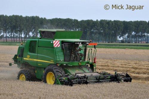 John Deere T560 met Geringhoff Harvest Star HV600 maaibord, bezig met tarwe te dorsen. Agro-Service RDS uit Eeklo (B).  Filmpje? -> http://www.tractorfan.nl/movie/39824/