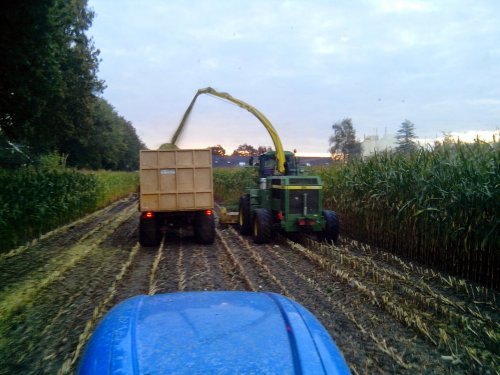 Foto van een John Deere 6750, druk bezig met Maïs hakselen. Ton de leeuw uit lienden aan het maaien voor loonbedrijf joosten