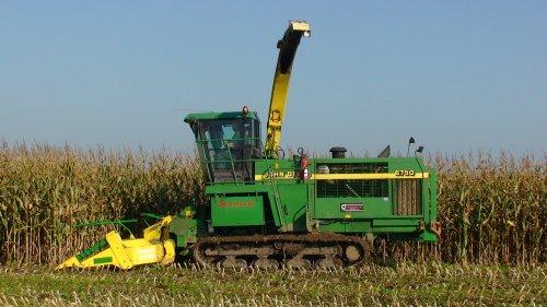 Foto van een John Deere 6750, bezig met maïs hakselen. Maïs 2010 Loonbedrijf Oussoren uit Westbroek.