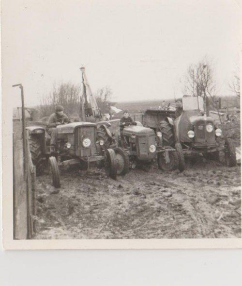 Foto van een John Deere Lanz 310, bezig met poseren. de 310 is rechts midden de ferguson petroleum ted links de  nuffield 342 foto met mij 2 broers 1968