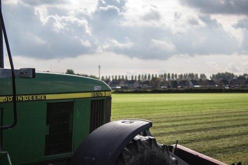 John Deere 6510 aan het maaien in oktober toen het nog kon.. Geplaatst door LandbouwLeistra op 31-01-2015 om 19:40:37, met 2 reacties.