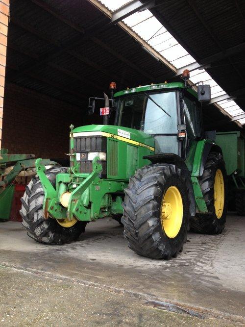 Foto van een John Deere 6510, bezig met poseren.. Geplaatst door johndeere2030 op 03-02-2015 om 12:00:49, op TractorFan.nl - de nummer 1 tractor foto website.