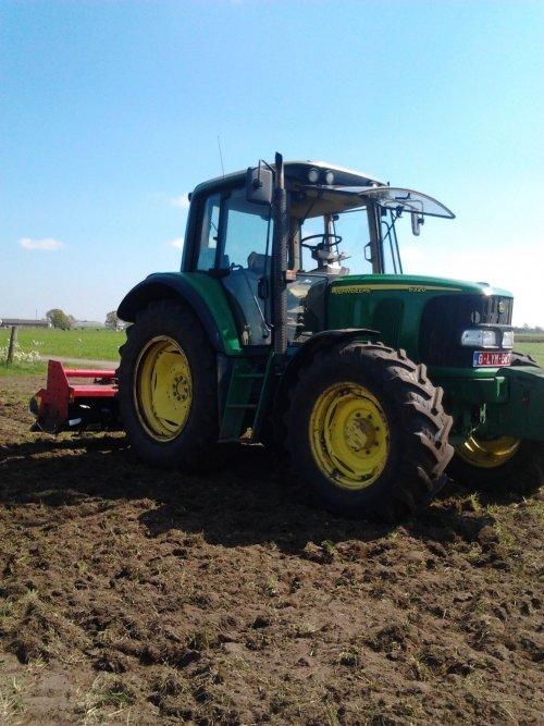 Foto van een John Deere 6320, druk bezig met Ploegen / Eggen.. Geplaatst door larst7030 op 23-02-2015 om 22:19:19, op TractorFan.nl - de nummer 1 tractor foto website.