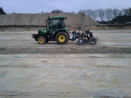 Foto van een John Deere 3720, druk bezig met Kilveren.. Geplaatst door JD 6125R op 01-03-2015 om 11:10:52, op TractorFan.nl - de nummer 1 tractor foto website.