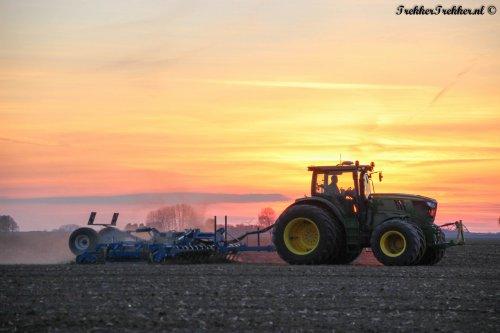 Een John Deere 6170R met VSS Agro zaaibedcombinatie van akkerbouwbedrijf Goense uit Anna- Jacobapolder, gisteravond tijdens de zonsondergang.  Meer? http://www.trekkertrekker.nl  Wordt ook lid van onze Facebook: http://www.facebook.com/TrekkerTrekker.nl