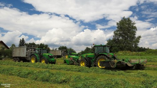 Peas Silage with the John Deere tractors  machines: JOHN DEERE 7830 + JOHN DEERE 131//JOHN DEERE 388 JOHN DEERE 6830 Premium + ROC RT1000 JOHN DEERE 6150 R + Fliegl GIGANT ASW 271  JOHN DEERE 8230 + Fliegl GIGANT ASW 270 JOHN DEERE 8220 + train wheels JCB 426e HT Agri  video you can follow here: https://youtu.be/cF94JAIYKt0