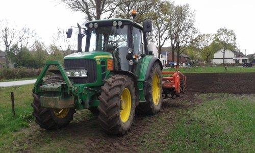 Foto van een John Deere 6430 Premium, bezig met ploegen / eggen.. Geplaatst door Turbochrom op 06-04-2015 om 21:01:24, op TractorFan.nl - de nummer 1 tractor foto website.