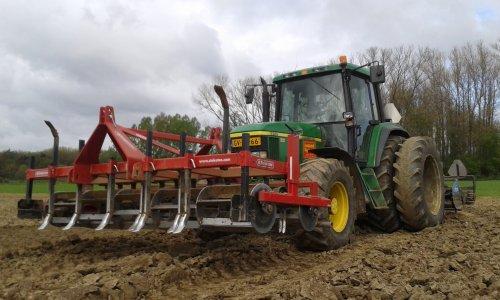 Foto van een John Deere 6610, bezig met ploegen / eggen.. Geplaatst door Turbochrom op 06-04-2015 om 21:04:54, op TractorFan.nl - de nummer 1 tractor foto website.