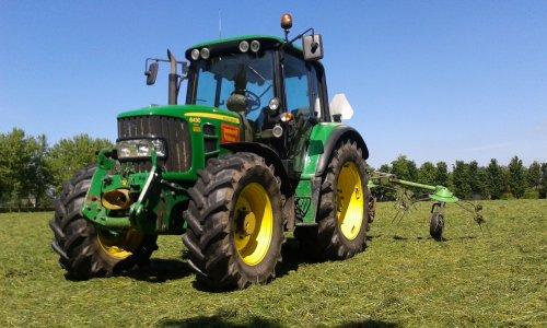 Foto van een John Deere 6430 Premium, bezig met gras schudden.. Geplaatst door Turbochrom op 06-04-2015 om 21:40:14, met 3 reacties.