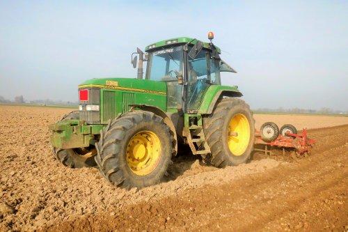 Foto van een John Deere 7600, bezig met ploegen / eggen.. Geplaatst door Jan Ramon op 08-04-2015 om 10:58:04, op TractorFan.nl - de nummer 1 tractor foto website.