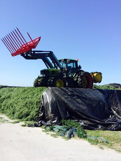Foto van een John Deere 6930, druk bezig met Gras inkuilen. Vollepijp int gras. Geplaatst door boer op 13-05-2015 om 18:39:48, met 3 reacties.