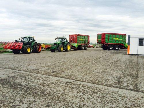 Foto van een John Deere Meerdere, druk bezig met Gras inkuilen. 6930 en 7530. Geplaatst door boer op 13-05-2015 om 19:37:32, met 5 reacties.