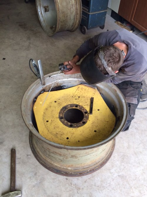 Foto van een John Deere Lanz 310. De oude binnenlaten in IH velgen lassen met Electrode. Geplaatst door jim353 op 23-05-2015 om 22:32:12, met 3 reacties.