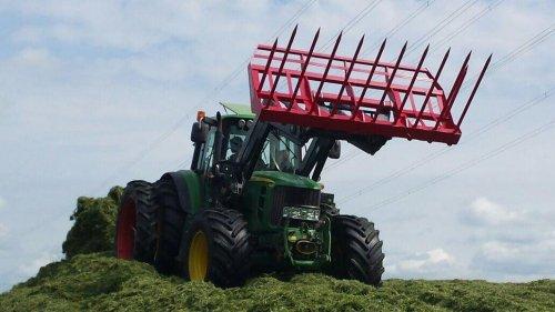 Foto van een John Deere 6930, druk bezig met Gras inkuilen. 6930 aant verdelen. Geplaatst door boer op 26-05-2015 om 18:08:36, op TractorFan.nl - de nummer 1 tractor foto website.